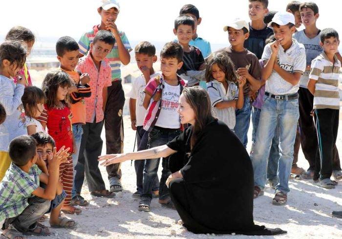 Анджелина Джоли подверглась критике из-за отсутствия нижнего белья